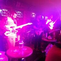 2/16/2013 tarihinde EmeL E.ziyaretçi tarafından Tudors Pub'de çekilen fotoğraf