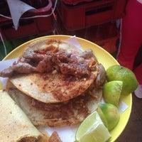 Foto tomada en Tacos La Morena por Ernesto T. el 12/20/2014