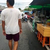 Photo taken at ตลาดโต้รุ่ง by Khae D. on 5/5/2017