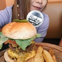 Photo prise au Rock Me Burger & Bar par Khae D. le1/1/2015