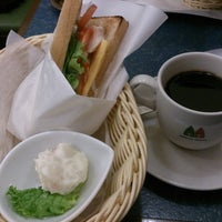 Photo taken at MORIVA COFFEE (モリバコーヒー) 自由が丘店 by Daisuke T. on 3/8/2013