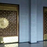 Photo taken at Masjid Agung Al-Mu'awwanah Sanggau by Richie on 7/22/2016