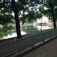 Foto tirada no(a) Patriarshiye Ponds por Zhenya A. em 6/29/2013