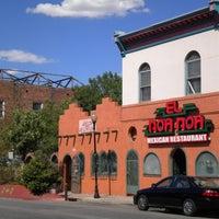 Foto tomada en El Noa Noa Mexican Restaurant por Denver Westword el 8/5/2014