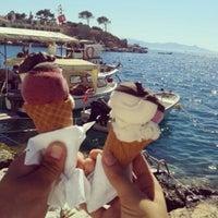 รูปภาพถ่ายที่ Girit Sakız Dondurmacısı Nazmi Usta โดย Ayşe C. เมื่อ 6/23/2013