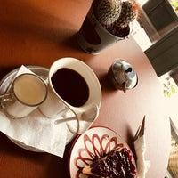 3/2/2018 tarihinde Ayşen Y.ziyaretçi tarafından Kropka Coffee&Bakery'de çekilen fotoğraf