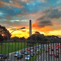 Foto tirada no(a) Obelisco Mausoléu aos Heróis de 32 por Reinaldo O. em 3/28/2013