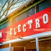 Photo taken at Dan Electro's Guitar Bar by Dan Electro's Guitar Bar on 8/20/2017