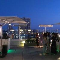 8/23/2013 tarihinde Leila P.ziyaretçi tarafından Andaz Rooftop Lounge'de çekilen fotoğraf