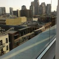 7/10/2013 tarihinde Leila P.ziyaretçi tarafından Andaz Rooftop Lounge'de çekilen fotoğraf