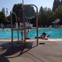 Foto tomada en Sellwood Pool por Tanna K. el 7/2/2013