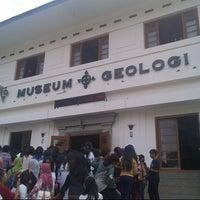 Photo taken at Perpustakaan Museum Geologi Bandung by Glory S. on 5/28/2013