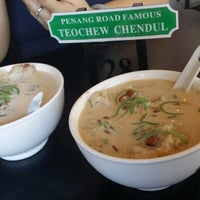 Photo taken at Penang Road Famous Teochew Chendul by Steven L. on 6/22/2014