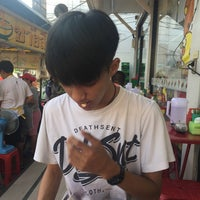 Photo taken at ชายสี่ หมี่เกี๊ยว 7-11 หอนาฬิกา 2 by 🎈Meen on 9/27/2015
