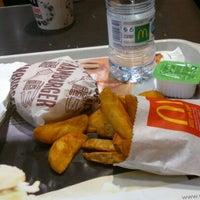 Foto tomada en McDonald's por Victoria M. el 3/5/2013