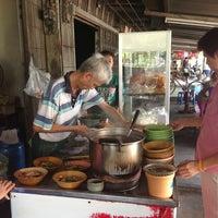 Photo taken at ร้านก๋วยเตี๊ยวบ้านบึง ชลบุรี by Khun AOY on 3/17/2013