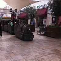 10/16/2013 tarihinde Aysun Y.ziyaretçi tarafından Via Port'de çekilen fotoğraf