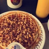 Photo taken at Waffle House by Paz R. on 9/20/2015