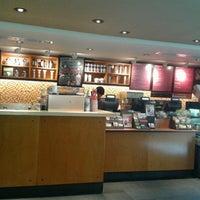 Foto tomada en Starbucks por Iza A. el 12/30/2012