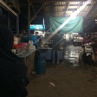 Photo taken at Kwe Tiau/Mie Tiau Ma'Yah Sudarso by Bank N. on 2/18/2016