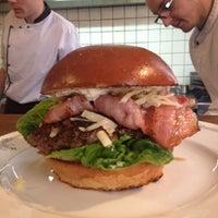 Photo prise au Dish – Fine Burger Bistro par Ellen le6/1/2013