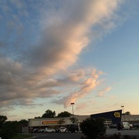 Photo taken at Pizza Hut by Tommy W. on 6/7/2015