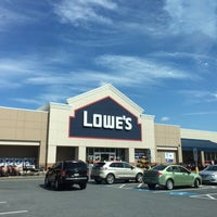 Photo taken at Lowe's Home Improvement by Spintrick on 9/21/2017