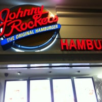 Foto tomada en Johnny Rockets  por Robert G. el 9/17/2012