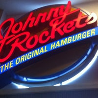 Foto tomada en Johnny Rockets  por Robert G. el 3/10/2013