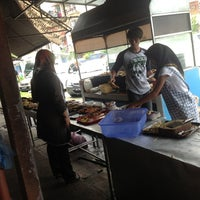 Photo taken at Ikan Bakar Mama Resepi by Tun M. on 9/23/2012