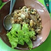 Photo taken at ร้านอาหารสถานีสุโขทัย by Niran M. on 12/18/2013