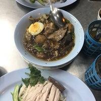 Photo taken at เม้งเจริญ โภชนา ข้าวมันไก่ by pa J. on 12/10/2016