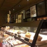 Foto tirada no(a) Starbucks por Felipe V. em 2/12/2012