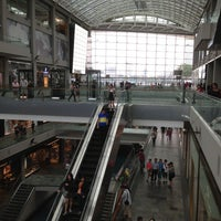 Foto scattata a The Shoppes At Marina Bay Sands da Ian P. il 4/28/2013