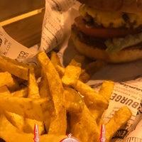 8/10/2017 tarihinde Yasser ✔.ziyaretçi tarafından Lara's Gourmet Burgers'de çekilen fotoğraf