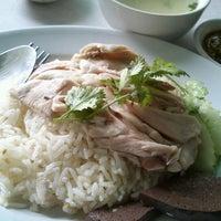 Photo taken at ลัคกี้ ข้าวมันไก่ เมืองทองธานี by Muai K. on 10/23/2012