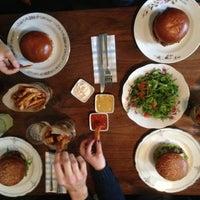 Photo prise au Dish – Fine Burger Bistro par Martin Z. le2/27/2013