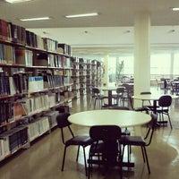 Foto tirada no(a) Biblioteca - PUC Minas por Parkinson J. em 3/9/2013