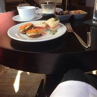 Das Foto wurde bei Empress Lounge von Suzie am 10/20/2013 aufgenommen