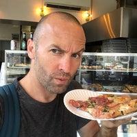 Das Foto wurde bei Williamsburg Pizza von Julian E. am 10/5/2017 aufgenommen