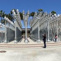 4/17/2013 tarihinde Deeba N.ziyaretçi tarafından Urban Light at LACMA'de çekilen fotoğraf