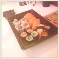 Foto tirada no(a) Sushi Roots Express por Mariane P. em 1/8/2013