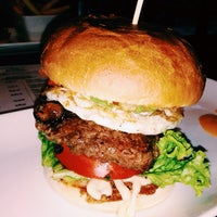 รูปภาพถ่ายที่ Holy Burger โดย lace m. เมื่อ 9/19/2013