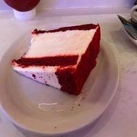 Foto tirada no(a) Junior's Restaurant por Patrick M. em 4/20/2018
