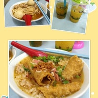 Photo taken at Raja Uda Famous Kwang Hwa Tom Yam Noodle by Jacklyn Y. on 12/29/2012