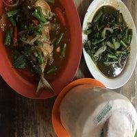 รูปภาพถ่ายที่ Selera Kampung Medan Jaya โดย Agung N. เมื่อ 11/12/2017