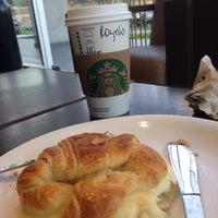 Foto tirada no(a) Starbucks por Rogelio O. em 2/5/2015