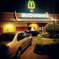 Foto tirada no(a) McDonald's por Luanna R. em 2/23/2013