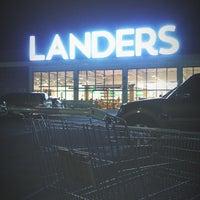 Photo prise au Landers Superstore par Jax F. le4/22/2018