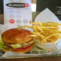 Das Foto wurde bei Burger 21 von Benjamin B. am 5/30/2014 aufgenommen